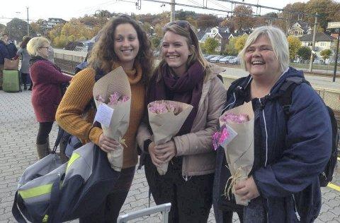 Møtt med Blomster: Aurora Koloresi Hellen (f.v.), Kristina Nomme og  Kathe Nielsen. Foto: Gina Klavenes