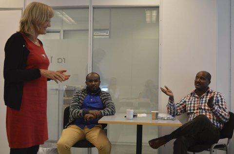 Fønix-møte: Karin Andersen (SV) møte blant andre Mohamed Awali (t.v.) og Adane Yicheneku. Foto: Jan Roaldset