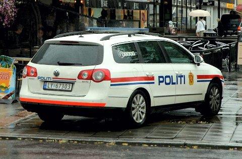 En politibil fulgte etter  bilen med kvinnen et kort stykke før de stoppet den i Raveien.