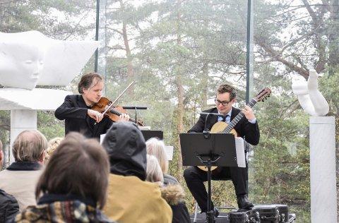 Så fillene føyk: Fiolinist Henning Kraggerud (t.v.) og gitarist Petter Richter utgjør Duo Paginini. Foto: Flemming H. Tveitan