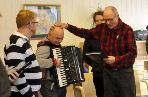 Muntert: Solist Tor Mæland gir en klapp på hodet til Øivind Berg (trekkspill). De to andre er Svein Greger (t.v.) og Øyvind Solbakken.