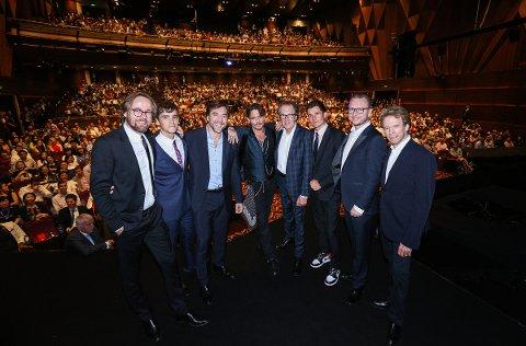 VERDENSPREMIERE: Joachim Rønning (t.v.) og Espen Sandberg (nr. 2 f.h.) på verdenspremieren i Shanghai sammen med «Pirates»-skuespillerne Brenton Thwaites (nr. 2 f.v.), Javier Bardem, Johnny Depp, Geoffrey Rush, Orlando Bloom og produsent Jerry Bruckheimer.