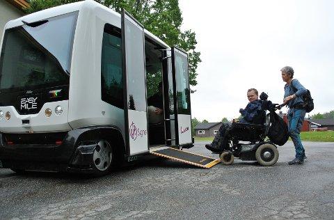 RULLER OM BORD: Lemet Ailo Eira er klar for å prøve Signo-bussen. Det var så stas at det ble to turer under mandagens demonstrasjon.