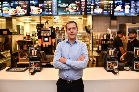 FORNØYD: Magnus Dagestad forteller at McDonald's på Fokserød har sin beste sommer noengang. Nå søker han flere ansatte.