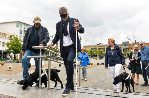 BLINDFOLD: Ordfører Bjørn Ole Gleditsch testet ut de nye ledelinjene på Torvet. Her får han veiledning av sterkt svaksynte Per Werner Larsen fra Stokke om hvordan han skal orientere seg med hvit stokk.
