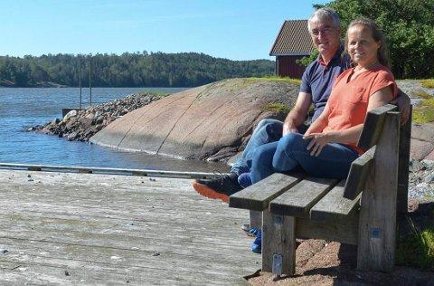 FORNØYD: Judith og Tore Aslaksen mener naboene ikke har klagerett i konsesjonsprosessen for overtakelse av Nedre Skjærsnes gård. 1. juli flytter de fra Skotselv til Melsomvik.