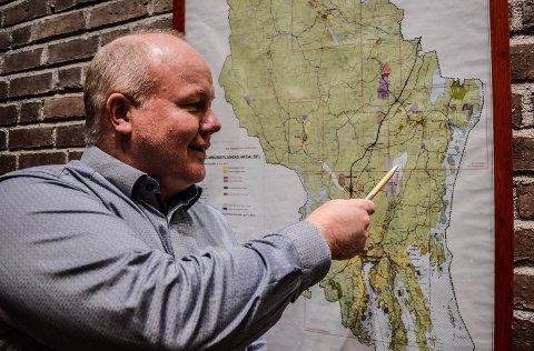 SØKNAD SENDT: – I en så stor sak er det viktig med regional enighet, sier næringssjef Jan Erik Hvidsten i Sandefjord kommune. Her viser han hvor den planlagte fabrikken kan etableres på Torp Øst.