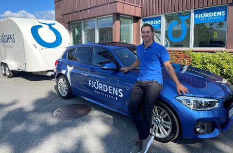 EGEN SJEF: Mats Krohn-Olsen Ottersen (30) har etablert Fjordens Trafikkskole i Sandefjord.