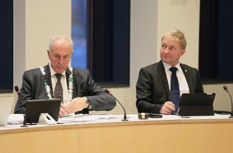 Fungerende ordfører Pål Morten Borgli (Frp) sier Sandnes gjerne tar i mot innbyggerne i Kolabygda. Til venstre sitter ordfører Stanley Wirak (Ap). Bildet ble tatt under det konstituerende bystyremøtet for Nye Sandnes.
