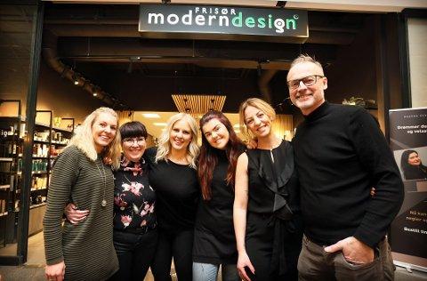 Administrerende direktør Lars Terje Skjæveland (t.h) fra et bilde tatt i forkant av markeringen av 40-årsjubileum tidligere i år. De andre på bildet er Christine, Sissel, Dorthe, Aneth og Anita.