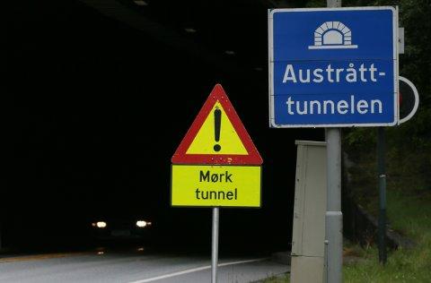 Her er det mørkt: Austråttunnelen er på rundt 450 meter, den har vært delvis mørk siden før sommerferien.