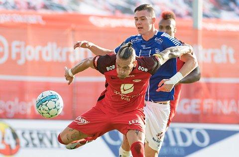 Nære på:  Branns Vito Wormgoor hindrer her  Jørgen Strand Larsen i å score på Brann Stadion.  Foto: Marit Hommedal / NTB scanpix