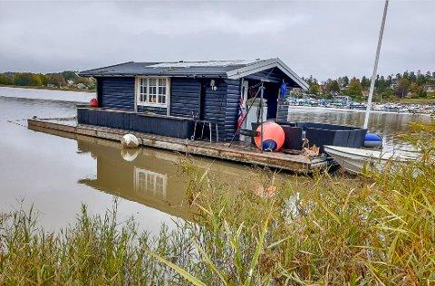 I NATURRESERVAT: 30. september ble kommunen oppmerksom på at husbåten hadde kommet tilbake til Sarpsborg og ankret opp inne i Skjebergkilen naturreservat.