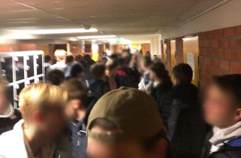TRANGT: Elevene ved den videregående skolen står tett sammen i gangen utenfor klasserommene. Foto: Privat