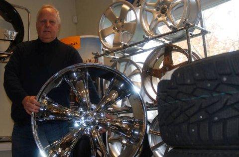 Svein Rust har jobbet med bilhjul siden 1973. Han mener at mindre og billigere vinterhjul ofte kan være det beste.