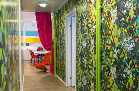 Korridoren utenfor kontorene framstår som en fargerik jungel.