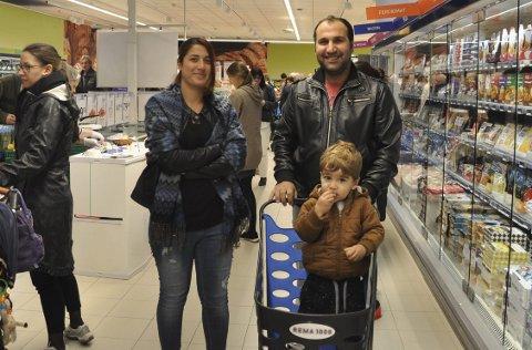 Fornøyde kunder: Familien Omar, Rawda, Nawaf og Miran, synes det er svært praktisk med butikk i nabolaget.