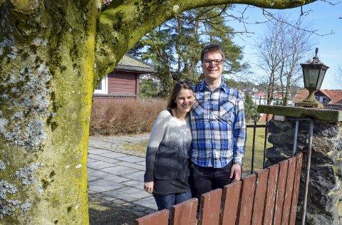 1 Gleder seg: Magnus Grøvle Vesteraas fra Sandnes blir kapellan i Eidsberg, kona Gunhild, som er fra Råde får samme stilling i Rakkestad. De starter i midten av august, med påfølgende innsettelsesgudstjenester. 2 Det nygifte paret er på boligjakt, og sier de har forelsket seg i området.