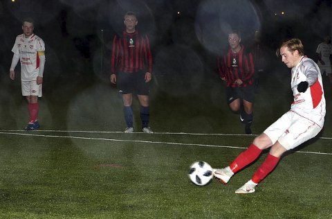 SÅ LENGE LYST UT: Håvard Ringstad Nilsen sender Skiptvet i føringen på straffe, mens broder Stian (t.v.) sto for 1-0-målet. Men det endte med tap og nedrykk.