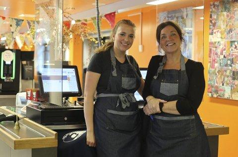 KANTINE: Caroline Jensen (til venstre) og Ellen Tveit jobber i kantina på Mysen videregående skole.