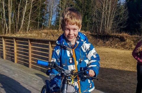 Bursdagsbarnet fra Mysen viser stolt frem sykkelen som han fikk i bursdagsgave