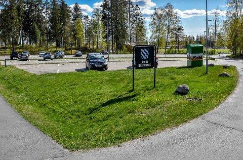På parkeringsplassen til Askim idrettspark blir det satt opp brakke og telt. Der skal flere innbyggere nå bli testet for koronasmitte.
