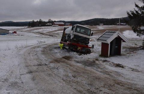 Henger og last ble stående i bakken i påvente av skikkelig drahjelp.