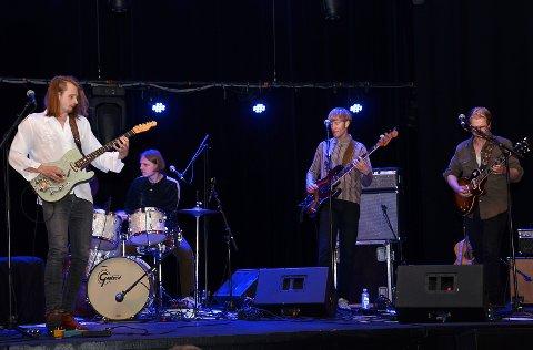 TRO TIL LIKEVEL: Skiptvets store sønn, den eminente bluesgitaristen Magnus Berg (t.v.) og bandet han hadde med seg klinte til med topp musikk selv om det kun var 11 mennesker i salen på Askim kulturhus fredag kveld.