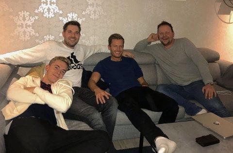 FAR OG SON: Edin Øy, Morten Sortland, Endre Romøren og Ivan Øy heime hjå familien Øy. (Foto: Beate Sem-Johansen)