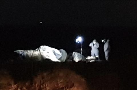 Politi er på Regestranden mandag kveld for å undersøke omstendighetene etter at de klokken 16 fikk melding om en død person i sanden.