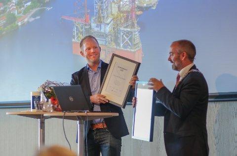 Daglig leder i John Dahle Skipshandel, Eirik Dahle, mottar Risavikaprisen. Prisen deles ut for åttende gang.