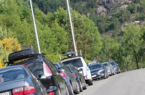 Det er mange som bader i Jørpelandselva. Bilene står derfor tett langs Dalavegen.