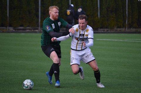 GOD JOBB: Staals Hallgeir Storevik kjemper om ballen med EIKs nykommer Henrik Breimyr under forrige treningskamp mot EIK. Foto: Kjell Åvendal, Dalane Tidende