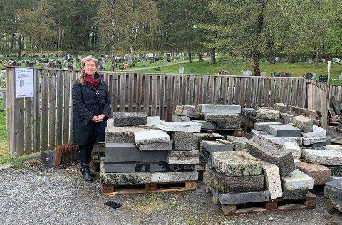 Magnhild Hagen Gaundal driver Steinkjer Begravelsesbyrå. Hun synes det hadde vært fint om noen ønsket å bruke gravsteiner, som ellers vil bli knust til stein. Bildet er tatt i utkanten av Steinkjer gravplass.