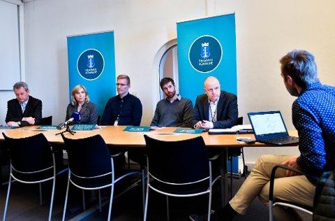 Pressebrief Drammen kommune om Korona. Drammen Rådhus. Fra v: Sten Petter Åmodt, Anne Hilde Crowo, Jan David Johannessen, Einar Sagberg og Lars Arntzen.