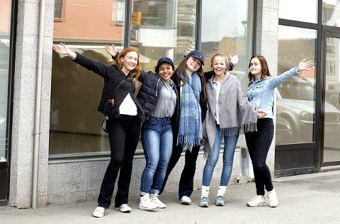 POP-UP-BUTIKK: Denne helga åpner ungdomsskoleelever egen butikk i Storgata for å samle inn penger til skoletur.