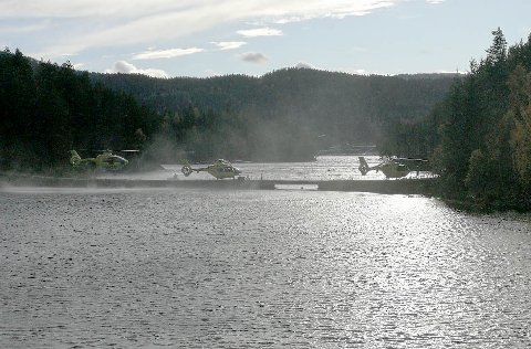 Ambulansehelikoptre ved Seljordsvannet i Telemark, der to personer fortsatt er savnet etter at en båt med seks personer ombord kantret torsdag ettermiddag.