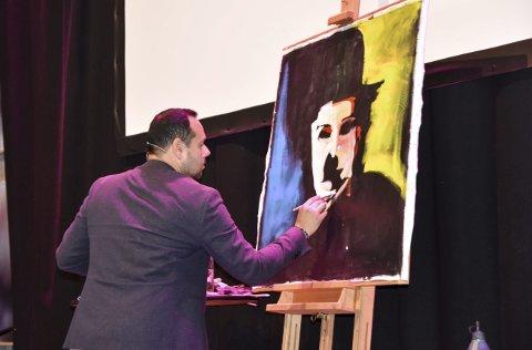 TILBAKE: John Fredy Bustos Martinez viste rundt 30 frammøtte hvordan maleriene hans blir til, og det første av Charlie Chaplin ble malt på en god halvtime, lag for lag med farger og sterke følelser.