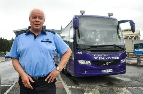 INGEN FARE: Thorolf Kasin, områdesjef i Vy Buss, forteller at det ikke er noen fare for lokalrutene på Notodden - til tross for at noen brukes lite.