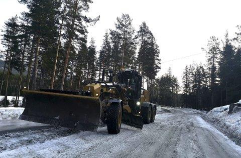 EFFEKTIV:  Denne uka skrapes 250 kilometer  med fylkesvei på Rjukankontrakten. Her fra Hovin tirsdag formiddag. (foto Torfinn Skåttet)