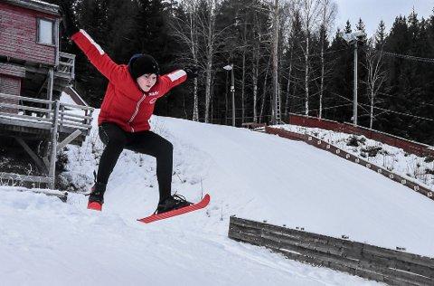 20 I STIL: Det er vel ikke akkurat 20 i stil til Halvor Haugland for dette hoppet, men hopping skal også være leik og moro. På hoppskolen kan man prøve seg med de skia man har.
