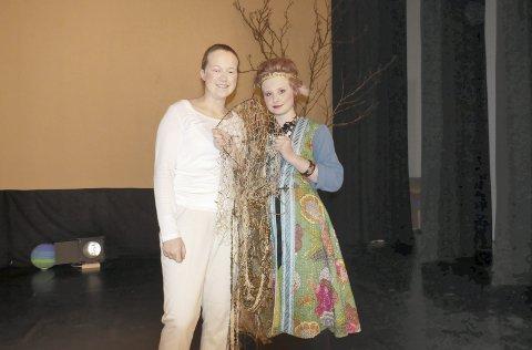 Magi: Mari Roald Meldal (til venstre) og Frida Helstrøm med viser fram Drømmefangeren som fjernet de vonde drømmene til Alice.
