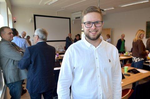 GLEDER SEG: 21 år gamle Even Hendset fra Valsøyfjorden er yngst i Heim kommunestyre. Han gleder seg til å delta i utformingen av den nye kommunen.