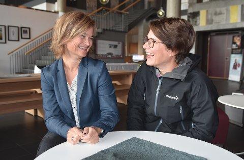 FIN TONE: Margrethe Svinvik og Eli Vullum Kvande liker seg i hverandres selskap. Med støtte fra MDG kan Svinvik forberede seg på fire år som ordfører. Kvande kan bli varaordfører, men ingen ting er bestemt.