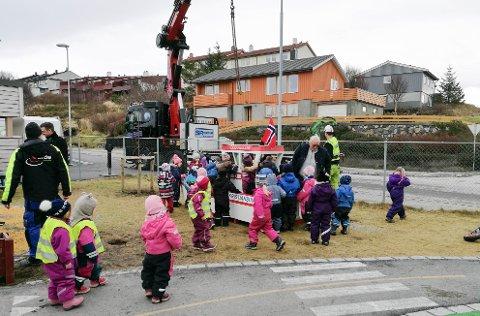 Også Karihola barnehage fikk torsdag en leke-redningsbåt i gave.