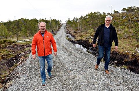Rune Nordvik (til venstre) og Olav Bjerkelund håper flere vil bruke lysløypa på Åneset når den nå får gruslagt trasé helt rundt.