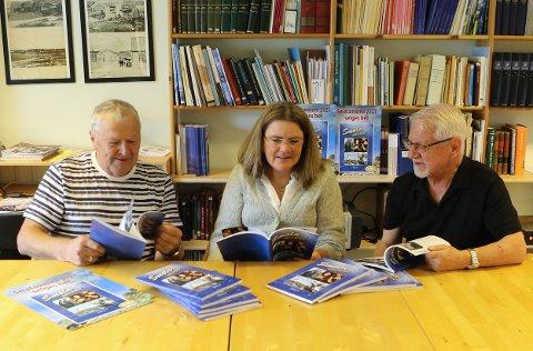 Et nytt Smølaminne er nå klart for salg. Her er redaksjonen for årets utgave. Svein Rangnes (fra venstre),  Elisabeth Sørli og Magne Gjernes.