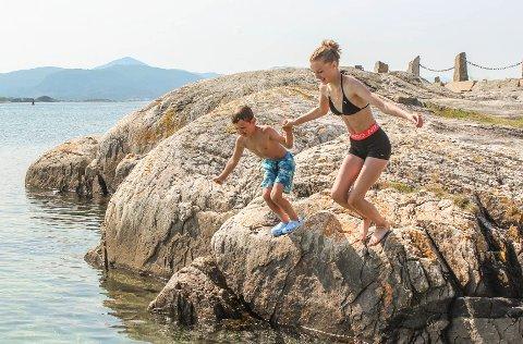 Noah Langaas Strand (9) og Thea Langaas Strand (13) badet i Skjærva i sommervarmen. Kommunen melder om utmerket badevannskvalitet i Kristiansund.
