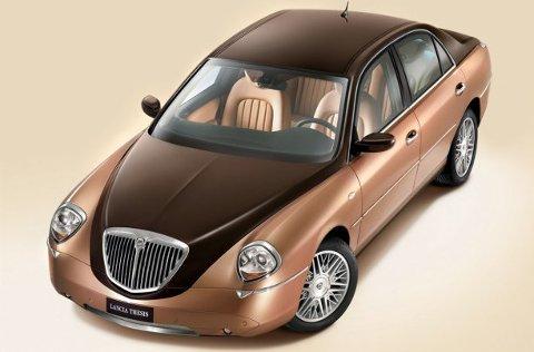 Lancia Thesis i all sin prakt, her i et herlig todelt fargemønster.