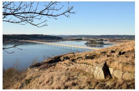 UTSIKT: Dette kan bli fremtidens utsikt fra Slottsfjellet over Byfjorden dersom den såkalte Vearkorridoren blir valgt for nytt dobbeltspor Tønsberg - Stokke. (Illustrasjon: Bane NOR)